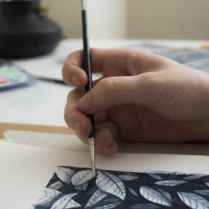 detalle mano pintando